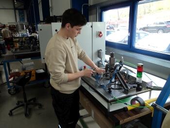 Hans Stephan Haller Gutierrez bereitet sich auf seine Prüfung als Mechatroniker vor