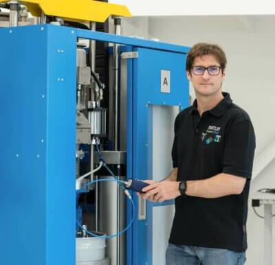 Olav Davis bei der Arbeit an einer Testmaschine