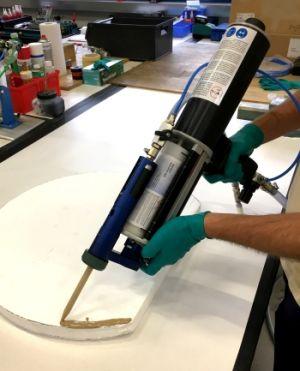 Material wird mit dem Mischeraufsatz auf der Kartuschenpistole appliziert.